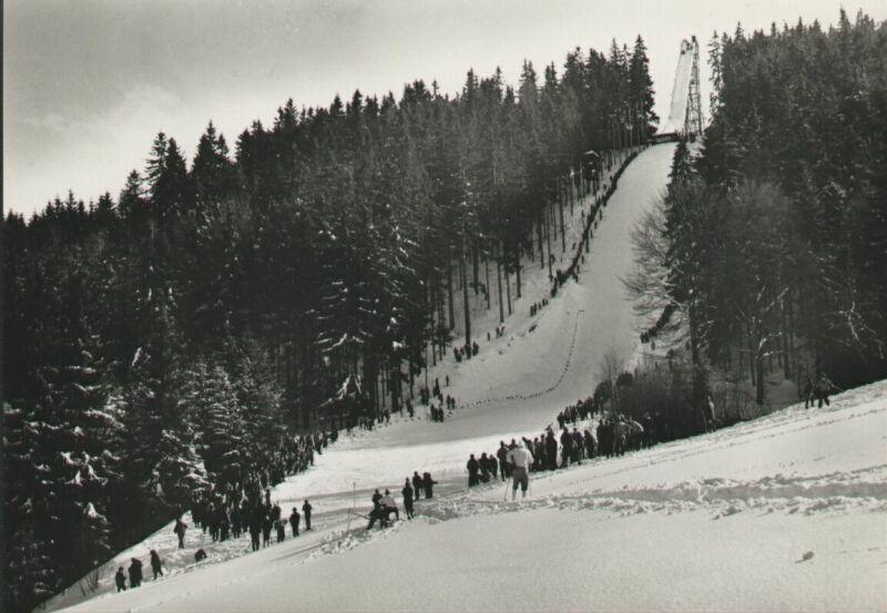 Skokanský můstek v lyžařském areálu Šachty, zima 1954 - 1955