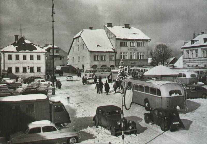 Náměstí ve Vysokém nad Jizerou někdy ve dvacátém století