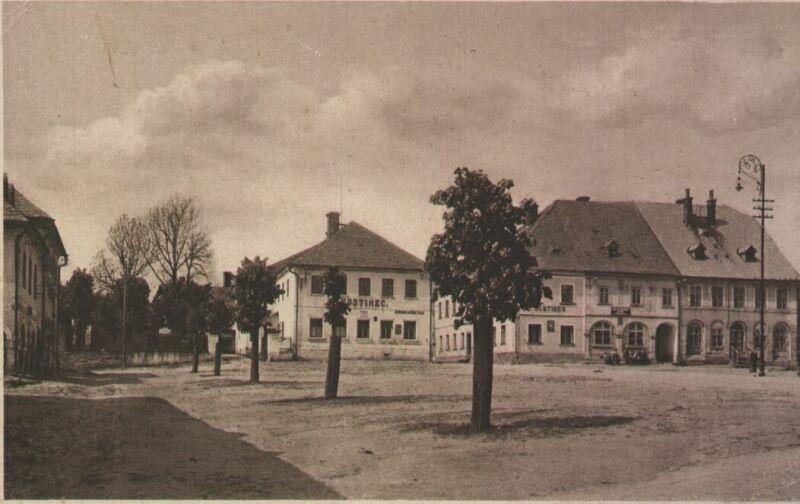 Náměstí ve Vysokém nad Jizerou, někdy v první polovině 20tého století