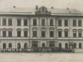 Budova školy, radnice a hospody ve Vysokém nad Jizerou, rok 1929