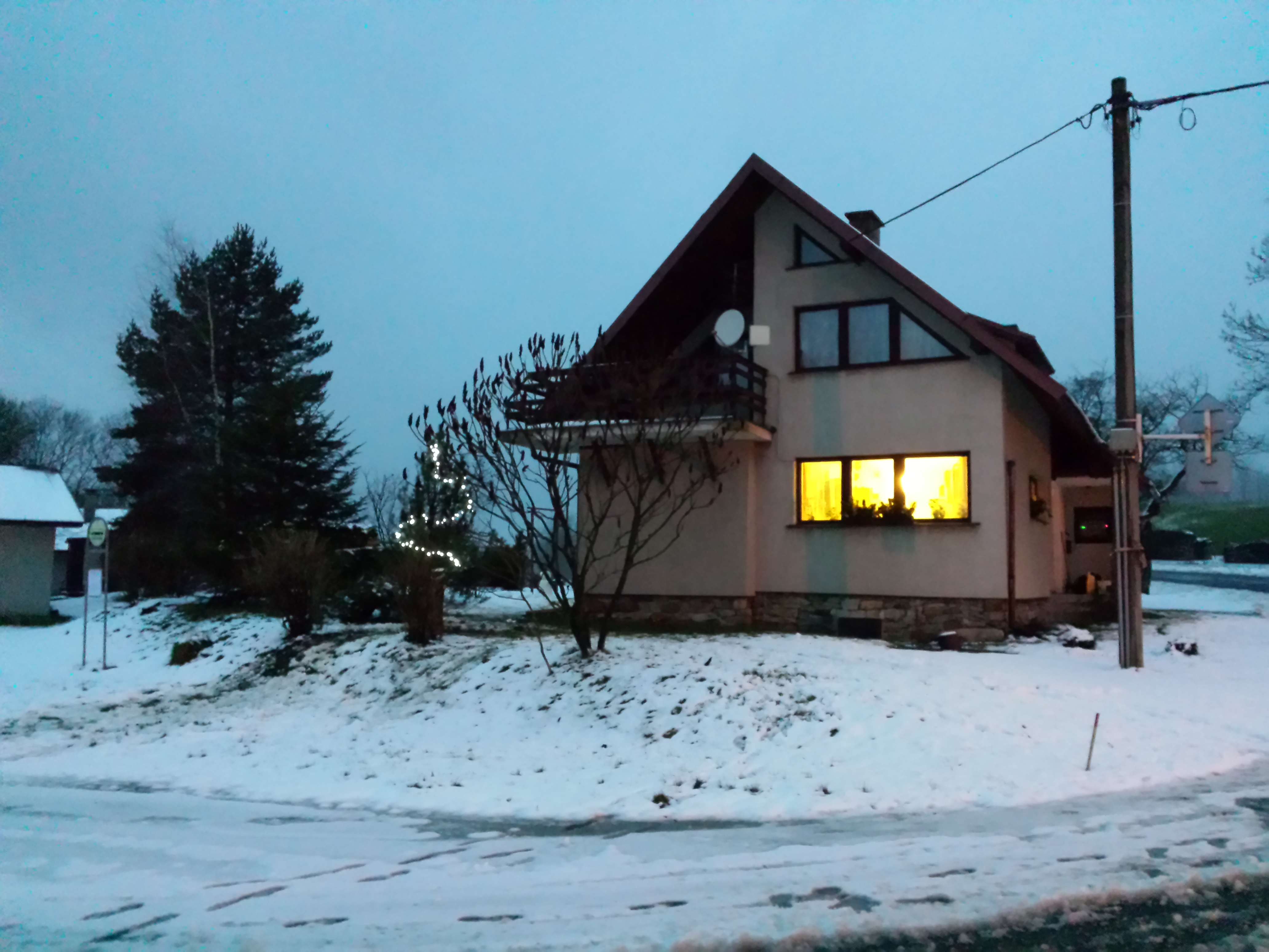 g141221015-Ozdobena klec pred domem ve Sklenkach